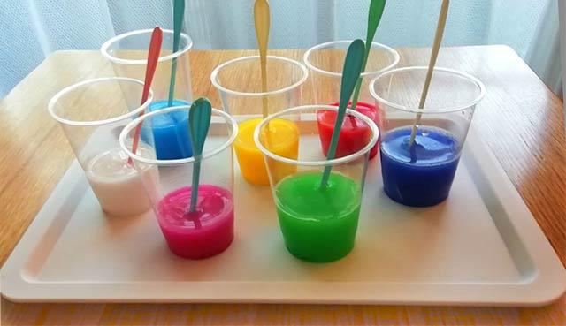 幼児の色水遊び